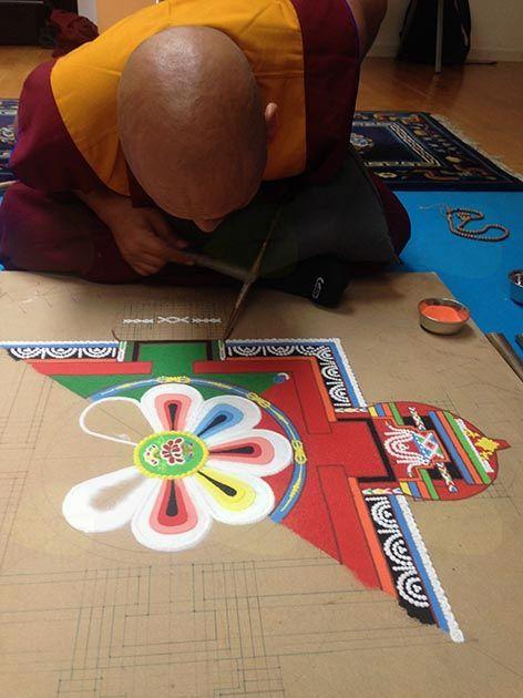 Izdelovanje peščene mandale Medicinskega Bude (Sangye Menla)