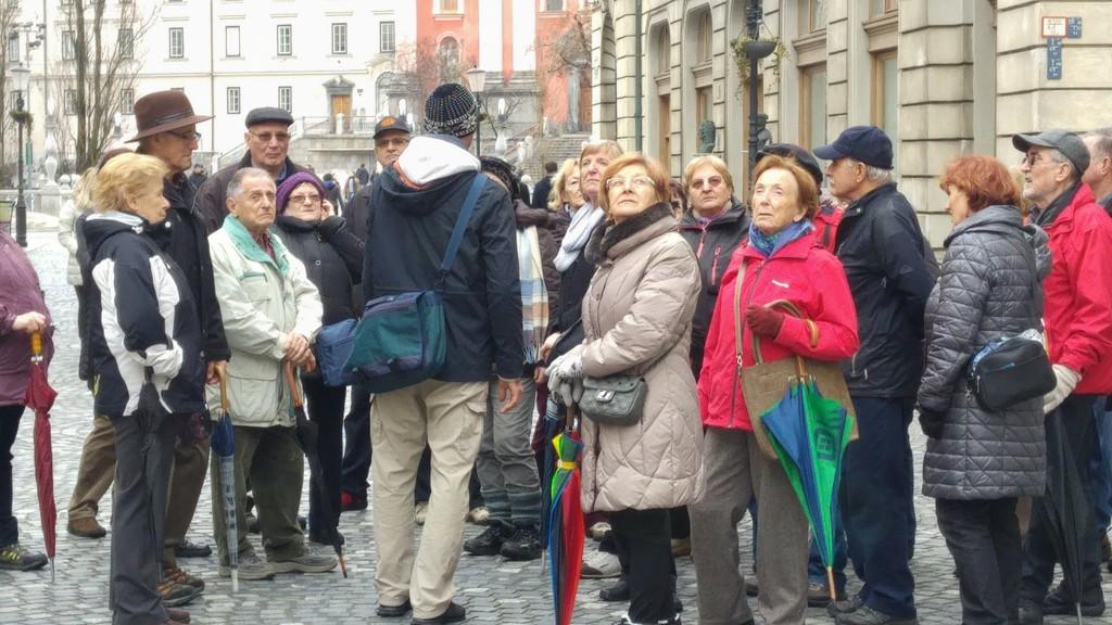 Skupina upokojencev  z Vrhnike  po  Ljubljani