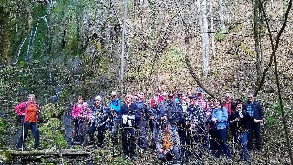 Skupinska pod najvišjim lehnjakovim slapom v Sloveniji