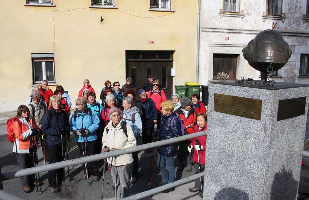 Pohod smo pričeli s sprehodom čez Mestni trg Višnje gore