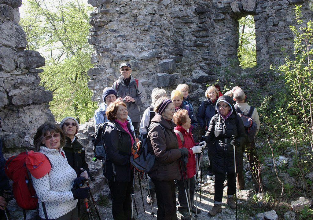 Z zanimanje smo si ogledali ruševine Starega gradu, ki stoji na strmi vzpetini nad Višnjo goro