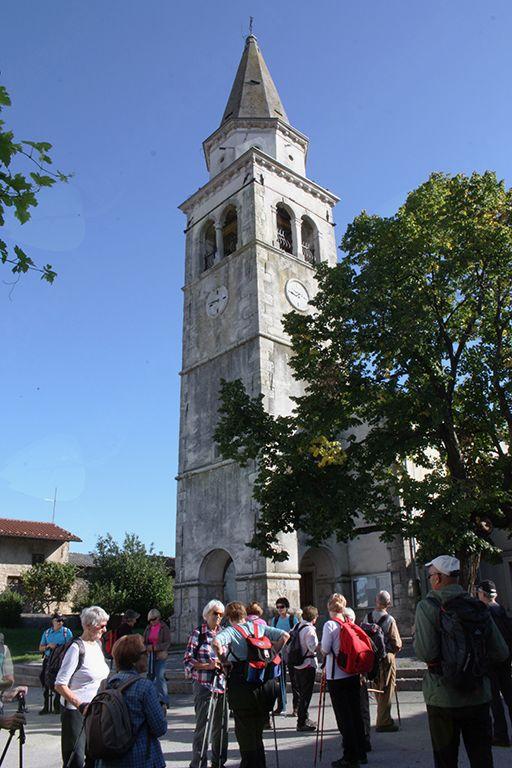 Pod zvonikom cerkve sv. Kancijana na Planini smo poklepetali pred nadaljevanjem poti