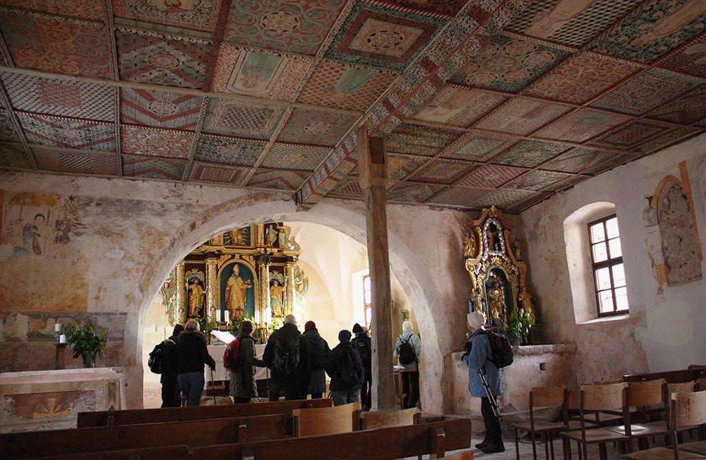 Notranjost cerkve sv. Miklavža na Kurenu je vse prevzela