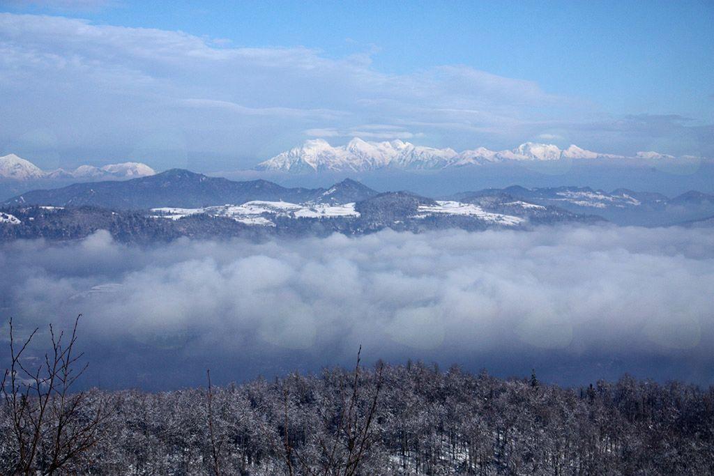 Izpred koče na Planini se je odprl pogled na Polhograjsko hribovje in Kamniško-Savinjske Alpe