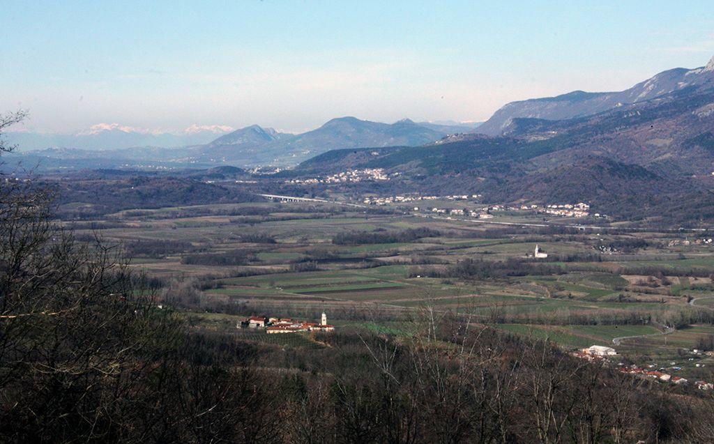 Pogled preko Vipavske doline je segal tja do italijanskih Dolomitov