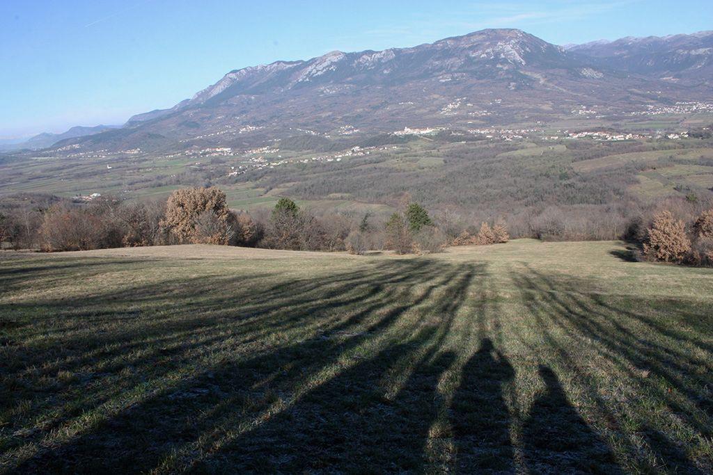Nizke sence v januarskega soncu in pogorje Čavna