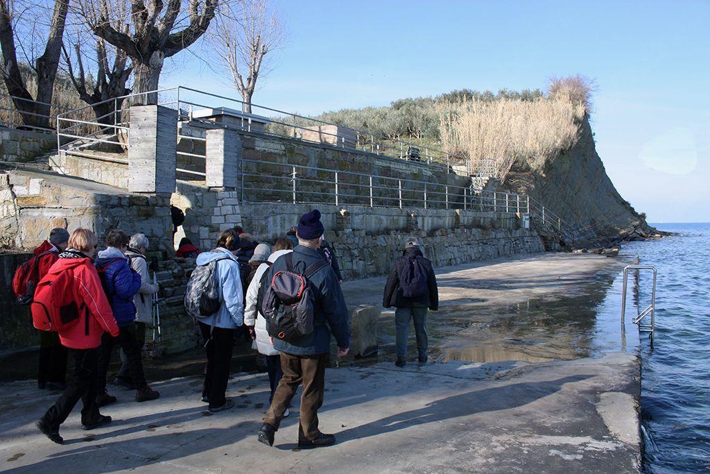Nadaljevanje poti ob obali nam je preprečila flišna stena