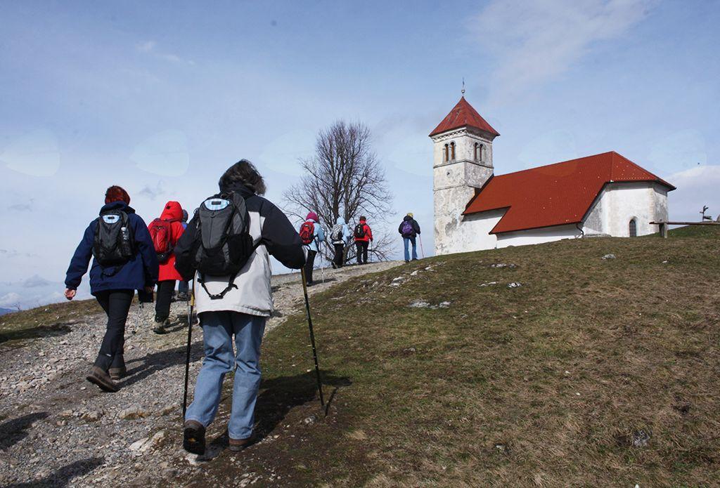Cerkev sv. Ane leži na vrhu slemena, kjer je čudovita razgledna točka