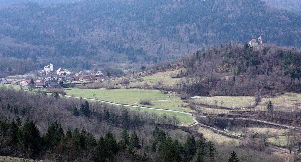 S Svete Ane se vidijo številne cerkve,  med njimi tudi cerkvi sv. Vida v Preserju in sv. Jožef