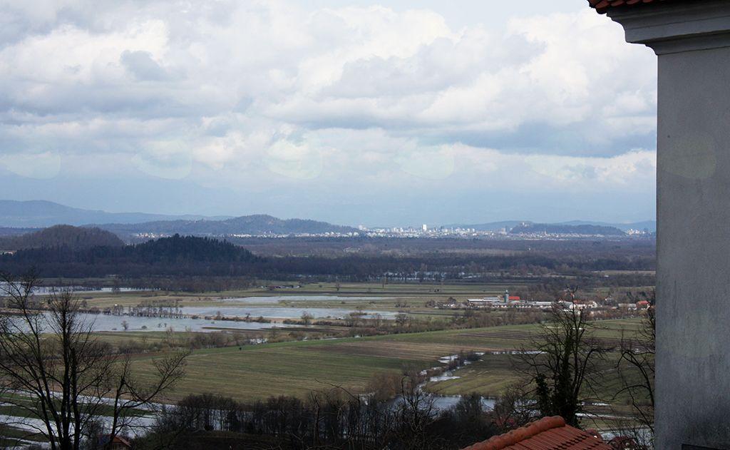 S taborskega obzidja cerkve se je odprl  pogled le  proti Ljubljani