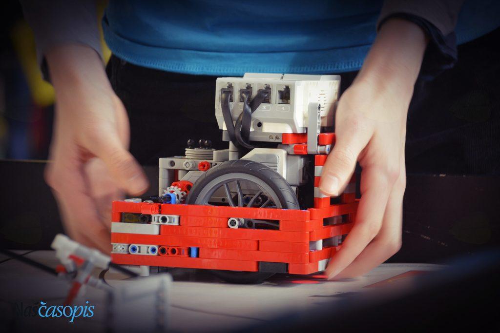 Tudi Pahor med Lego kockami