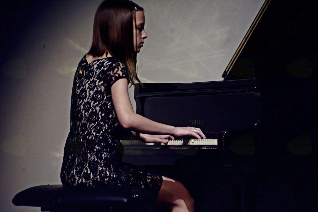 Jana Stanešič, učenka 6. razreda klavirja v GŠ Vrhnika