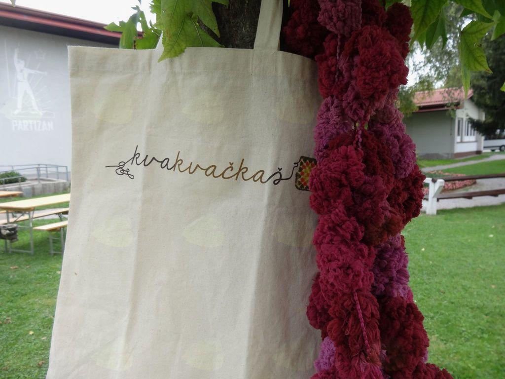 Deblo drevesa bodo odele v roza tkanino