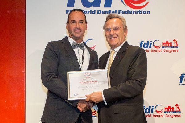 Predsednik FDI prof. dr. Patrick Hescot izroča priznanje vodji tekmovanja Mateju Leskošku, dr. dent. med. (levo)