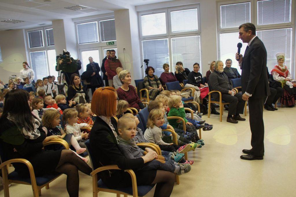 Pahor nagovarja zbrane v župnijskem vrtcu