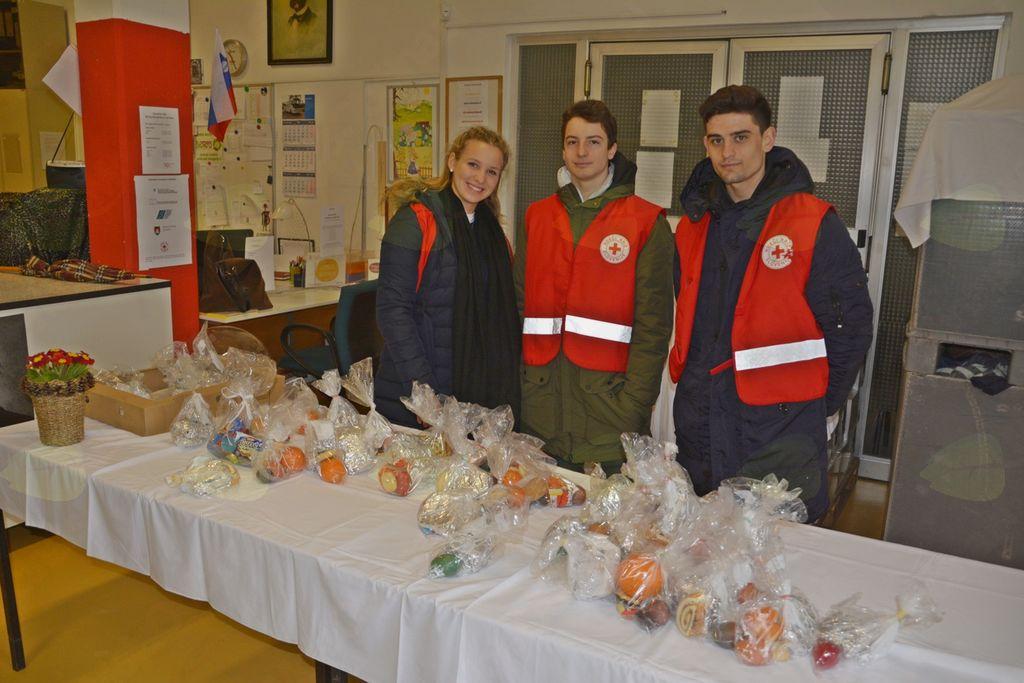 Dijaki prostovoljci so za brezdomce pred velikonočnim časom pripravili drobne pozornosti.