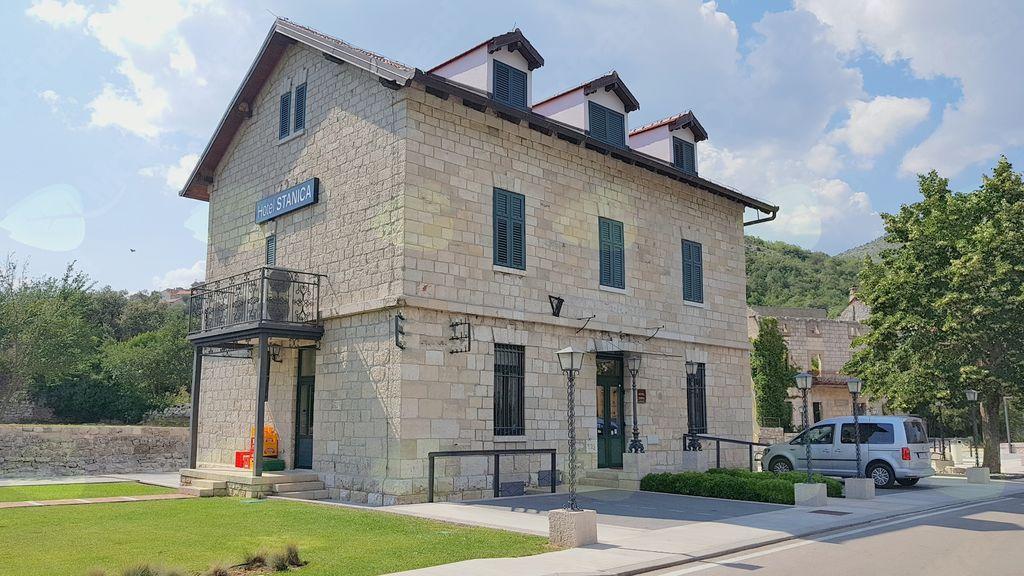 V okviru projekta EU Čiro I je bila v hotel spremenjena opuščena železniška postaja v kraju Ravno v Hercegovini.