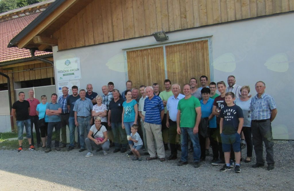 Skupinska slika pred hlevom kmetije Pečenik