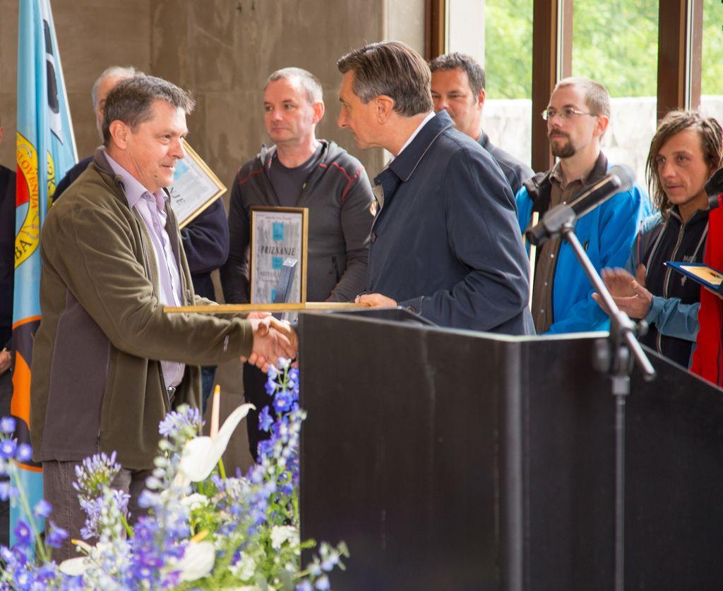 Borut Pahor podeljuje plaketo z zlatim znakom JZS Tonetu Palčiču.