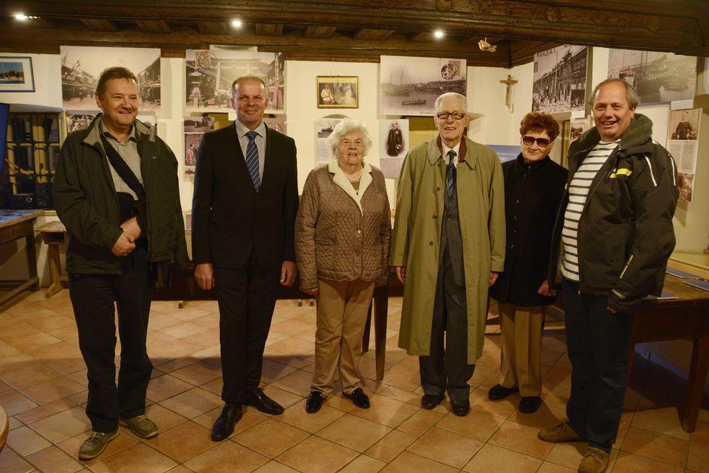 Predstavniki jadralnega kluba, župan ter gostje, ki so slavnostno odprli razstavo.