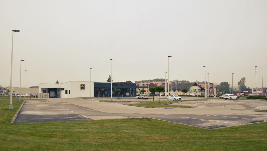 Parkirišče, kjer bosta zrasla drogerija in črpalka.