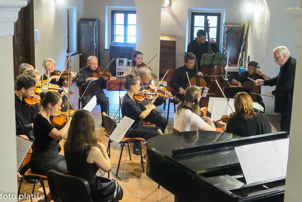 Zdravniški orkester v Polhograjski graščini