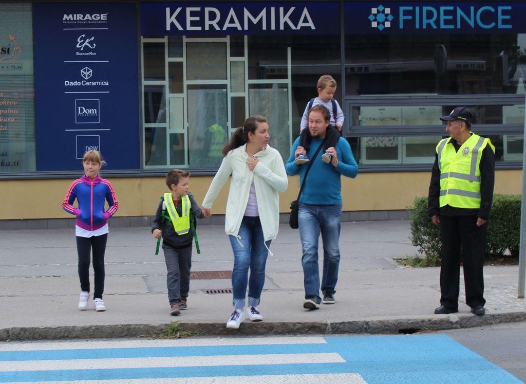 Rumeni jopiči za varnost otrok na šolskih poteh