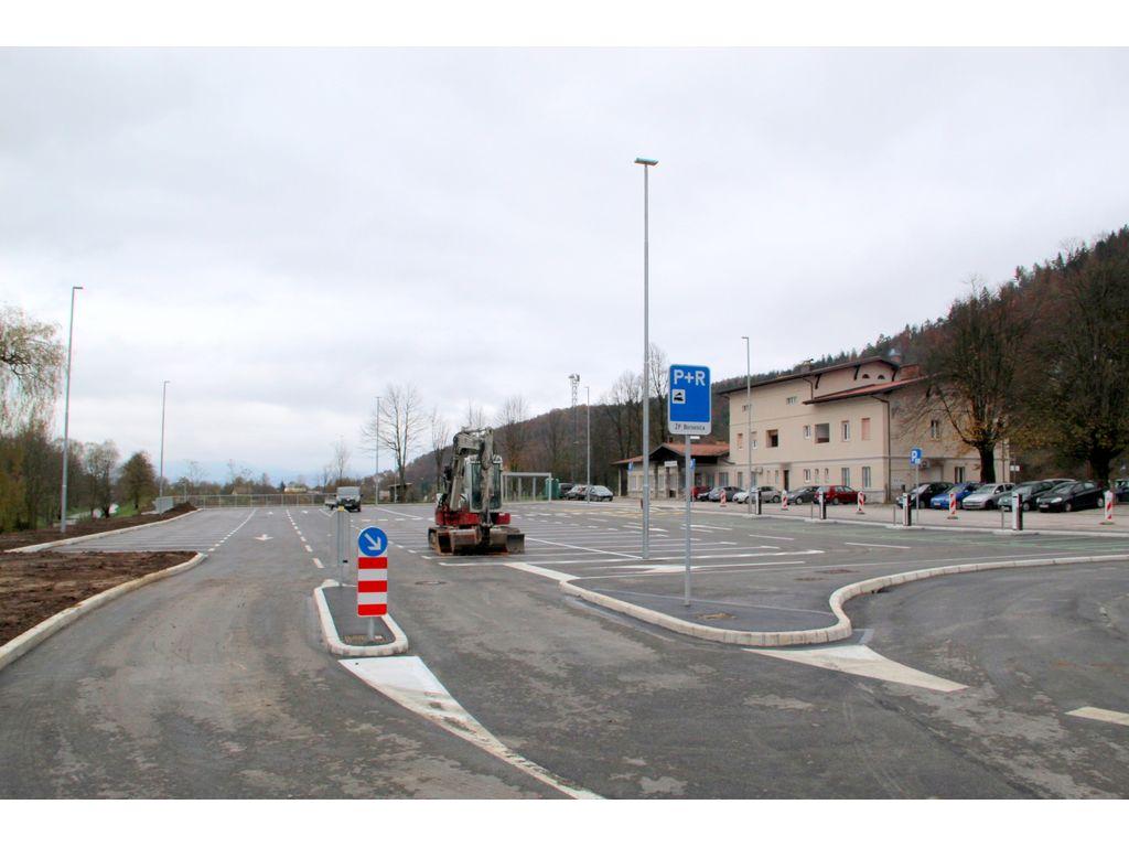 Parkirišče pri železniški postaji usposobljeno za uporabo