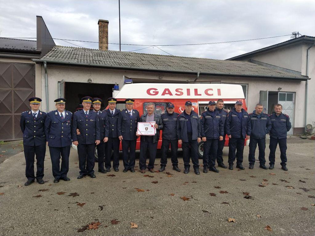 Vrhniški gasilci kolegom iz Bosne donirali vozilo