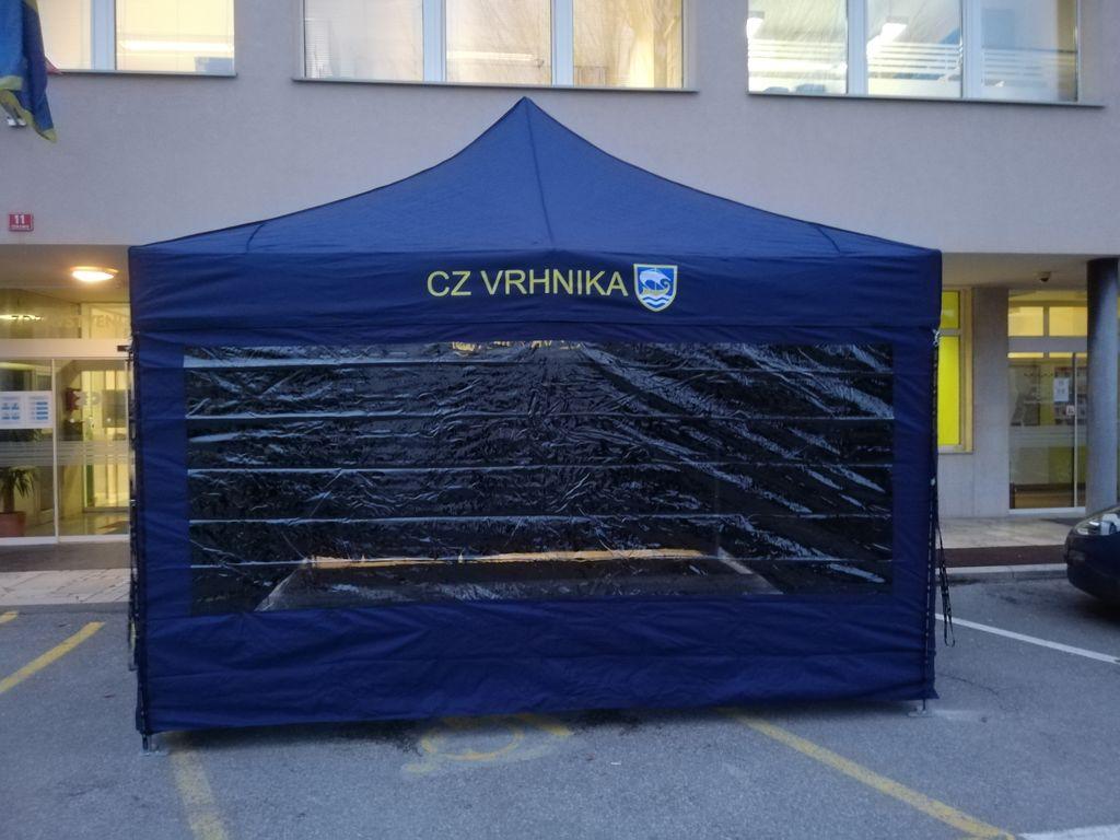 Postavitev manjšega šotora pred Zdravstvenim domom Vrhnika