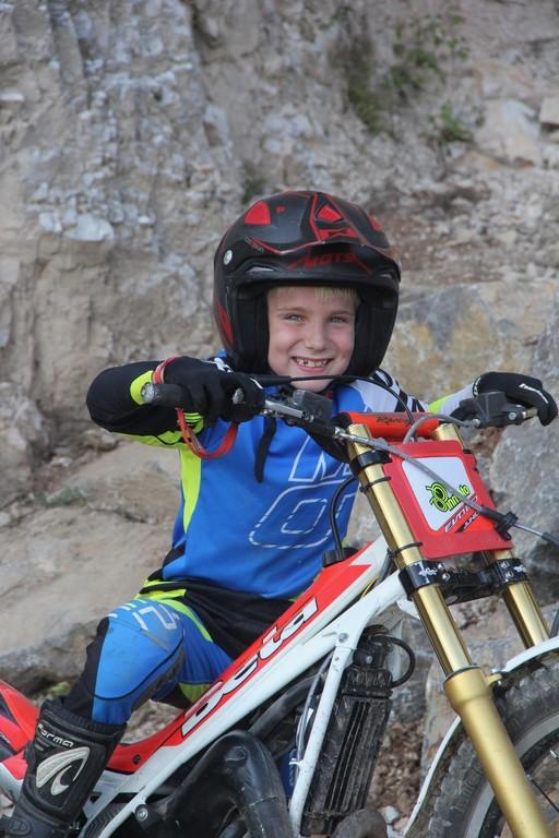 Mladi motorist, ki želi voziti kot svetovni prvak