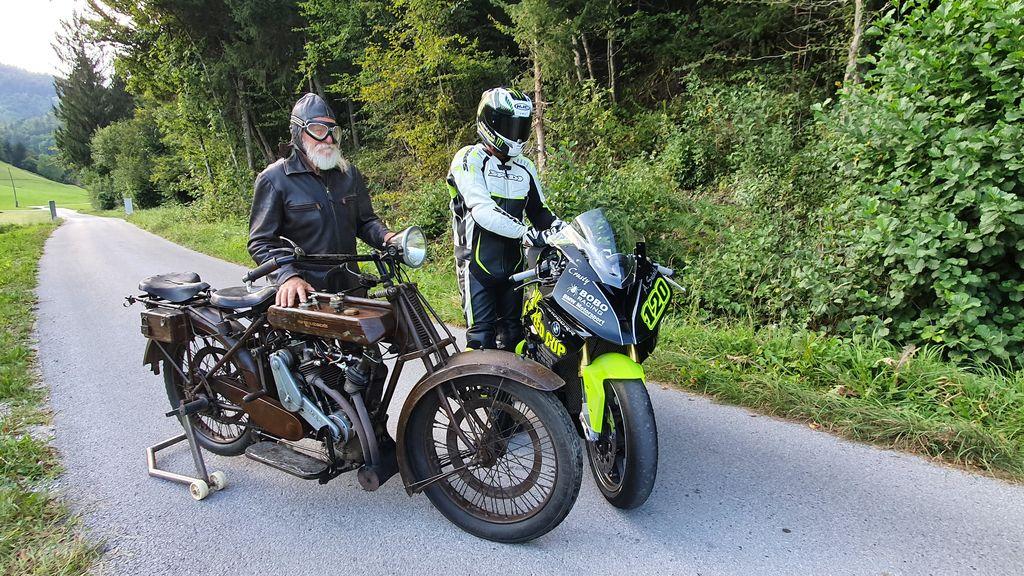 Po nekdanji trasi dirke, sta se zapeljala starodobna in novodobna motorista na motociklih švicarske izdelave Motocachoche letnik 1920 in sodobni športni dirkalnik za dirke superbike BMW S 1000 RR.