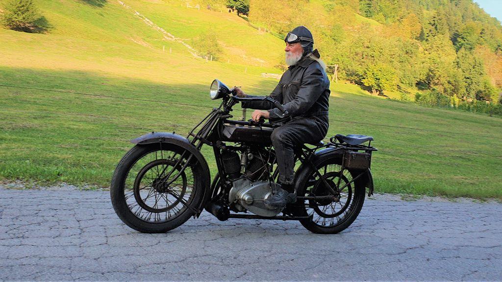 Vrnitev v preteklost: Julij Kačič z motociklom in opravo kot pred 100 leti.