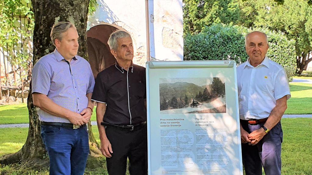 Predsednik AMZS, predstavnik Krajevne skupnosti Podlipa Smrečje in vrhniški podžupan Franc Malovrh ob spominski tabli, ki so jo predstavili v TMS Bistra.
