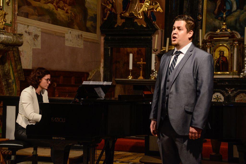 Katarina Lotrič na klavirju in Nino Koritnik