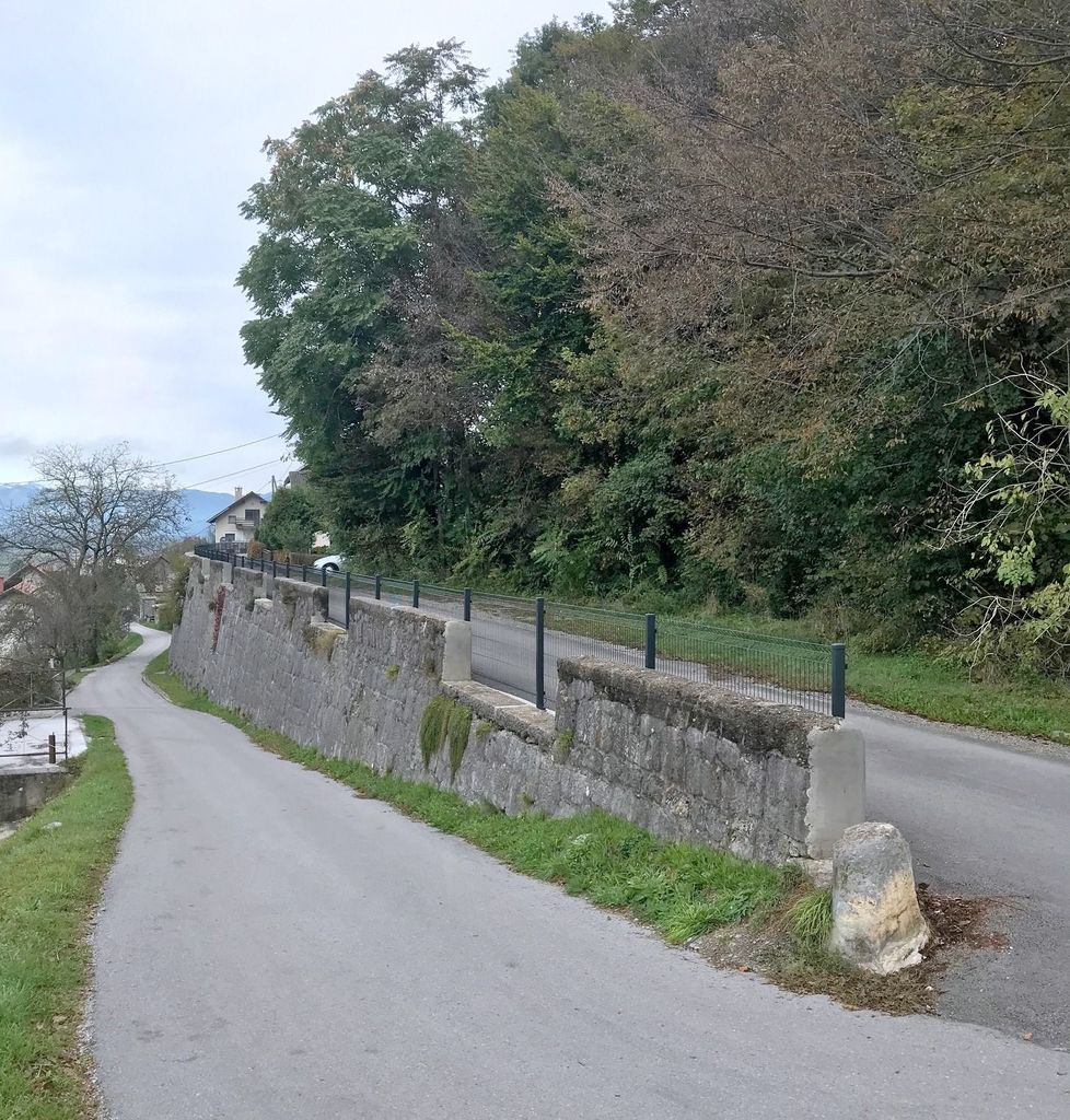 Postavitev ograje na cesti na stari progi