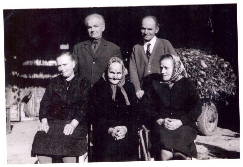 Gorjupova - Remškar Terezija s svojimi še živimi hčerami in sinovi v začetku 70-ih let 20.stoletja.