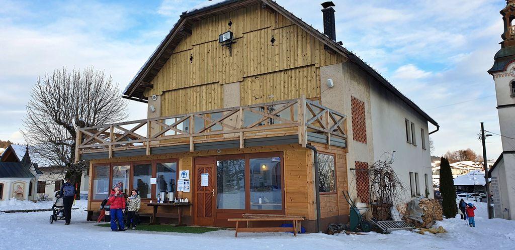 Nov leseni prizidek, ki je povečal notranji prostor za druženje in gostinsko ponudbo.