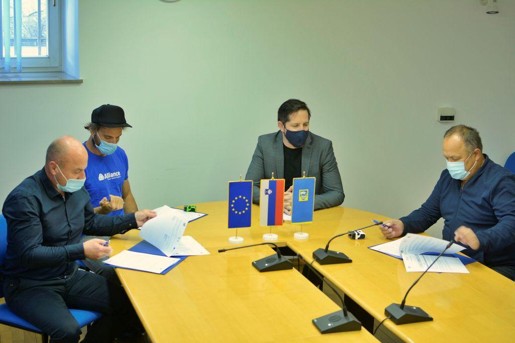 Podpis pogodbe med občino in izvajalci.