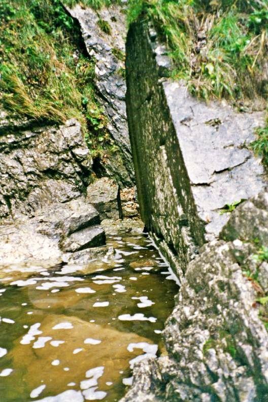 Ravno odrezana skala, ki še vedno trdno stoji na obrežju.