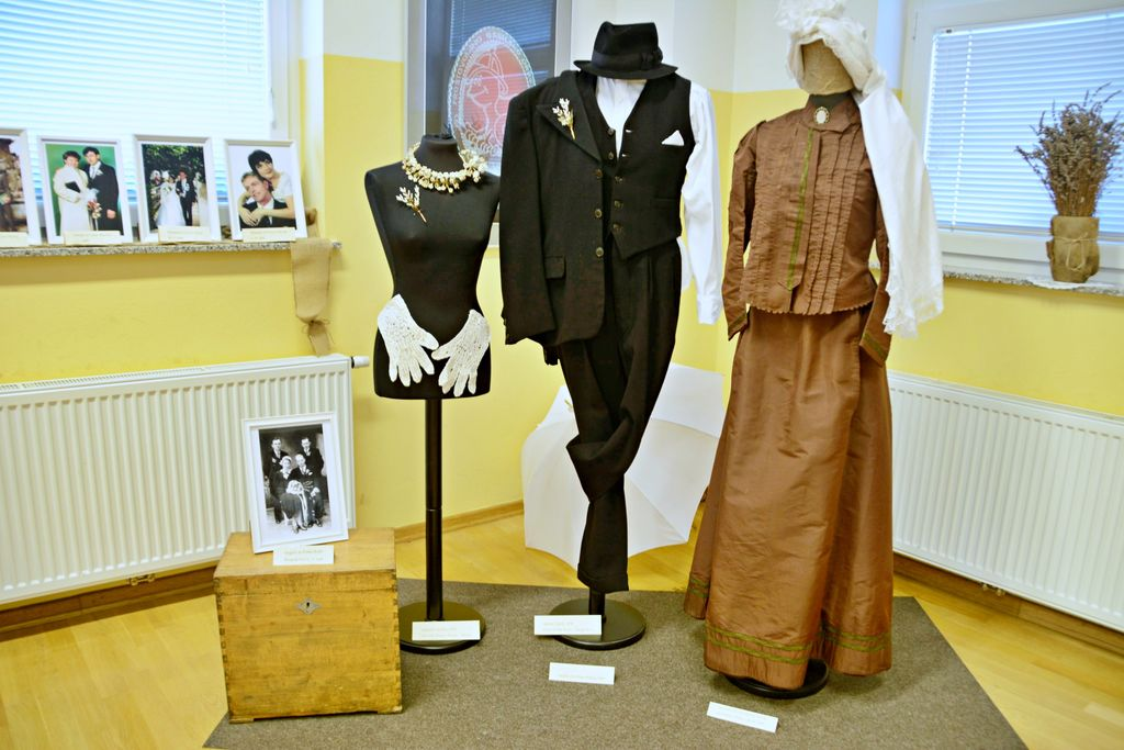 Najstarejše poročne obleke: levo od Poldeta Rode -  Škupn'kovega, iz leta 1941, hrani Anita Garafolj desno poročna obleka Frančiške Furlan iz leta 1892, hrani Ema Goričan