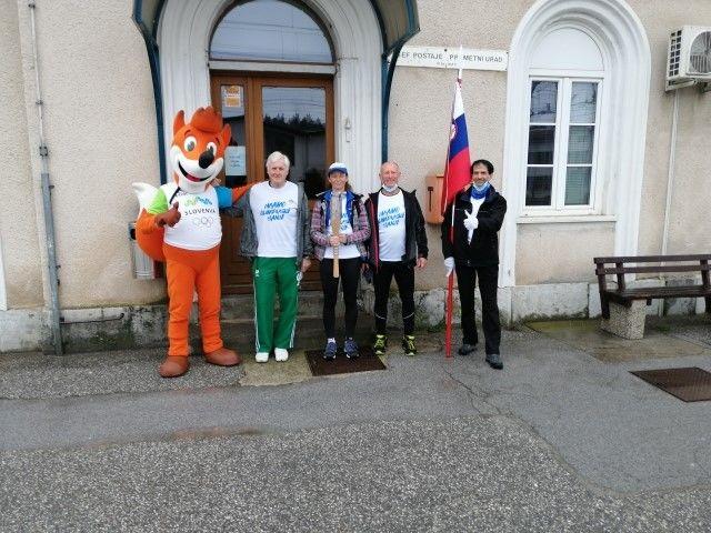 Na železniški postaji v Logatcu: maskota, Franjo Modrijan, Nada Vene (z baklo), Tone Žerjav, Samo Anastasov (praporščak)