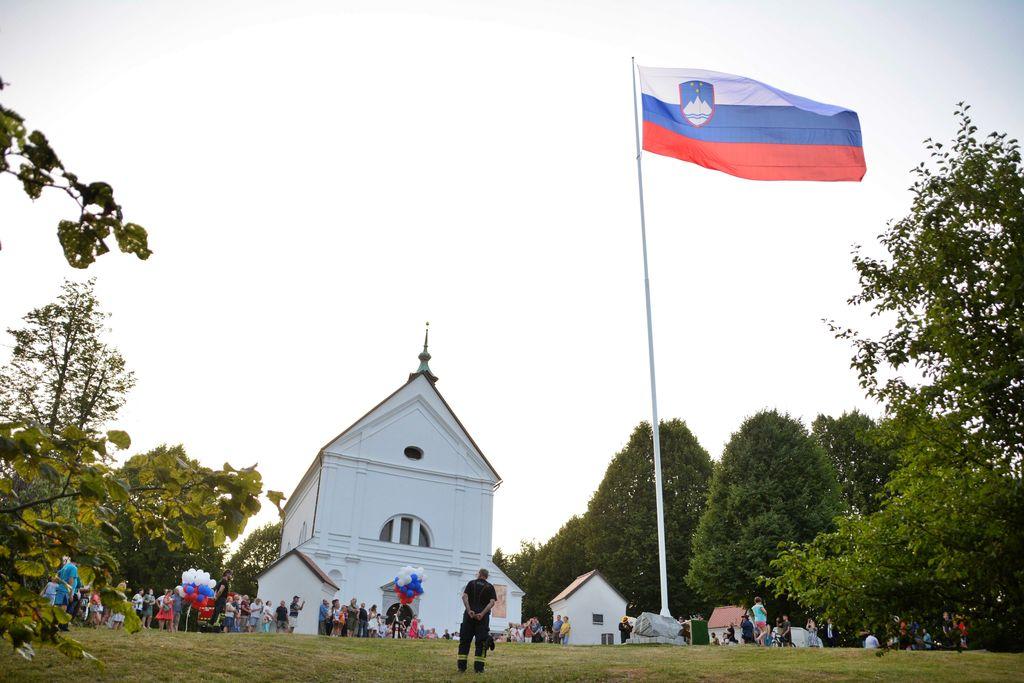 Častna straža dvignila zastavo velikanko na Sveti Trojici