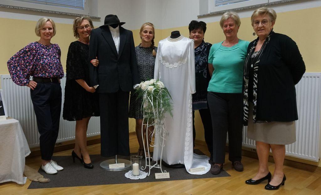 Brez njih ne bi bilo razstave (z leve): Petra Fefer, Nataša Grom, Anita Garafolj, Joži Krvina, Marinka Pust, Ema Goričan, ob moški obleki, 1964 in ženski 1969.
