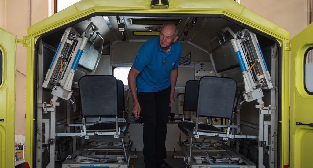 Janez Krmelj v notranjosti vozila.