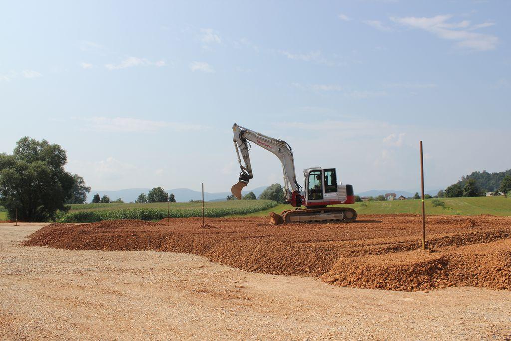 Na lokaciji načrtovane čistilne naprave gradijo predobremenilini nasip.