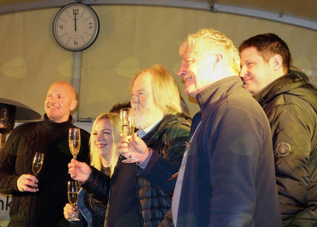 Župan je skupaj z bendom in prelestno predstavnico CH-ja nazdravil občanom.