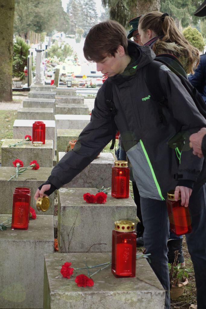 Prižgali so tudi svečke na grobovih talcev