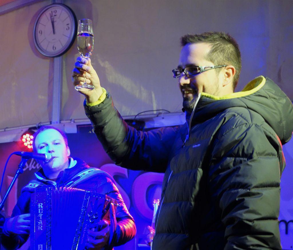 Novi vrhniški župan je novo leto praznoval z občani.