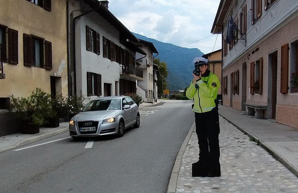 Silhuete policistov za večjo prometno varnost na cestah Zgornjega Posočja